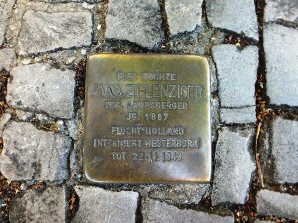Rundgang Jüdische Gemeinde Potsdam: Station 7 - Stolperstein in Erinnerung an Anna Zielenziger