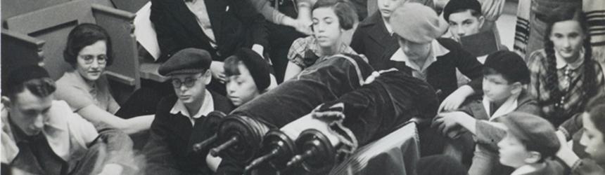 Beim Gottesdienst an einem Feiertag in der Synagoge von Lehnitz, Fotografie, Lehnitz zwischen 1934 und 1938, © Jüdisches Museum Berlin, Inv.-Nr. 2003/201/4, Schenkung von Ernest J. Mann, früher Ernst Glücksmann